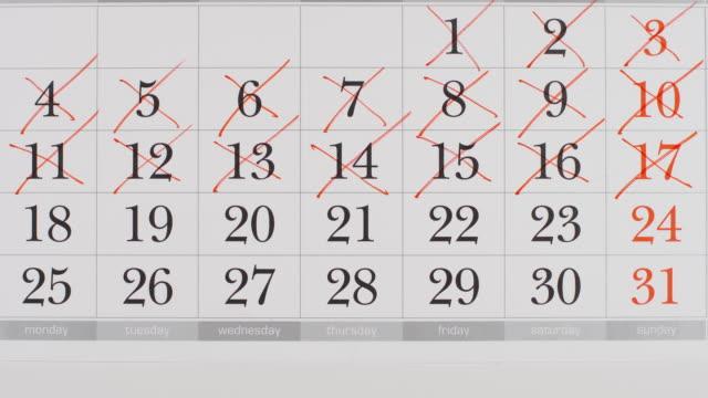 vídeos de stock, filmes e b-roll de top view: cruzando um número em um calendário de papel - parar animação de movimento - calendário