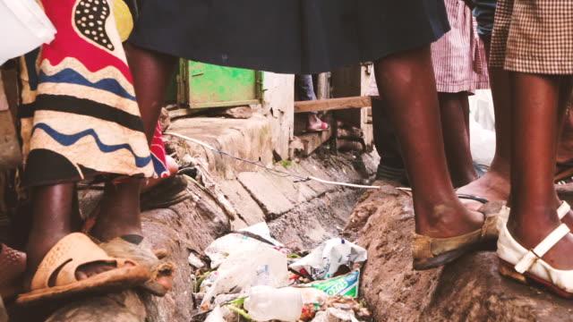 vídeos de stock e filmes b-roll de crossing over trash stream - economia circular