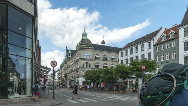korsa vägen på en av marknadsgatorna på ett centralt torg i köpenhamn, danmark - dansk kultur bildbanksvideor och videomaterial från bakom kulisserna