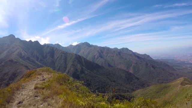 brezilya'nın en zor dağ geçitlerinden biri olan dağ sırasını geçmek. - minas gerais eyaleti stok videoları ve detay görüntü çekimi