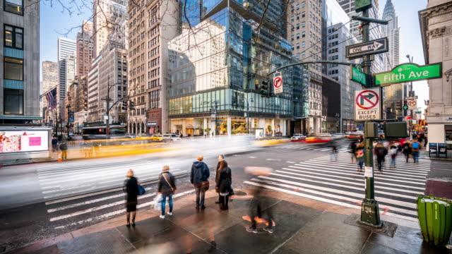 t/l ws crossroad of fifth av and w 42nd st / new york city, usa - пригородный пассажир стоковые видео и кадры b-roll