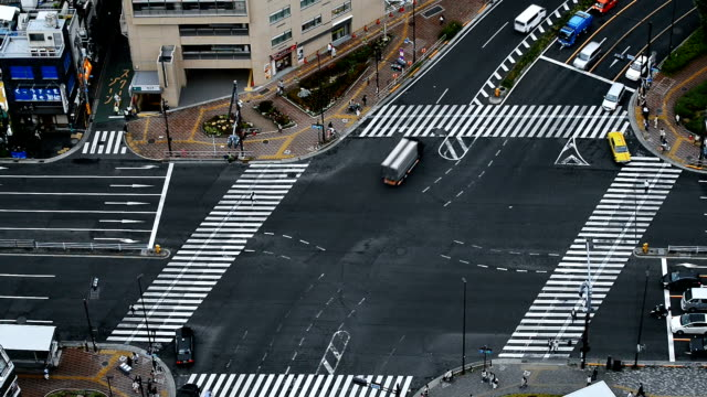 Crossroads and traffic in Tokyo video