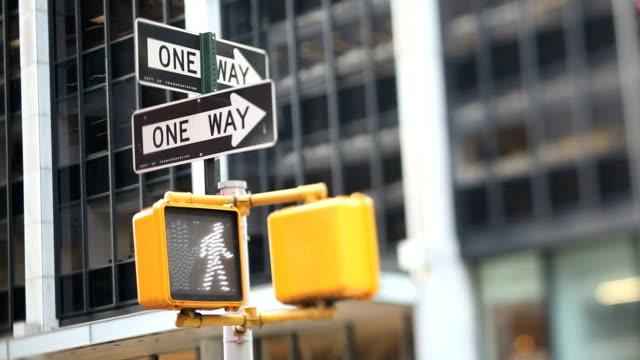 stockvideo's en b-roll-footage met nyc crosswalk light (tilt shift lens) - verkeersbord