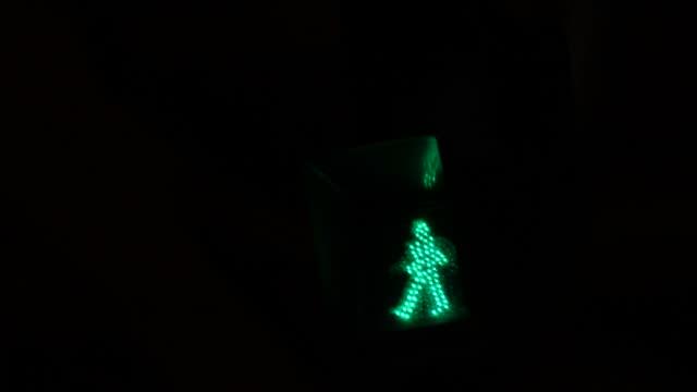 横断歩道のサイン - 交通信号機点の映像素材/bロール
