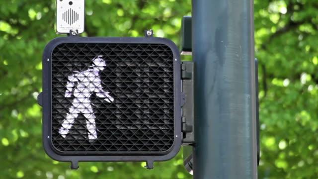 stockvideo's en b-roll-footage met crosswalk signal with timer - oversteekplaats