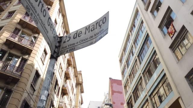 sao paulo downtown'daki 25 de marco sokağı'ndaki kalabalık. - coğrafi konum stok videoları ve detay görüntü çekimi