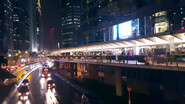 menge an öffentlichen weg in hong kong city bei nacht - überweg warnschild stock-videos und b-roll-filmmaterial