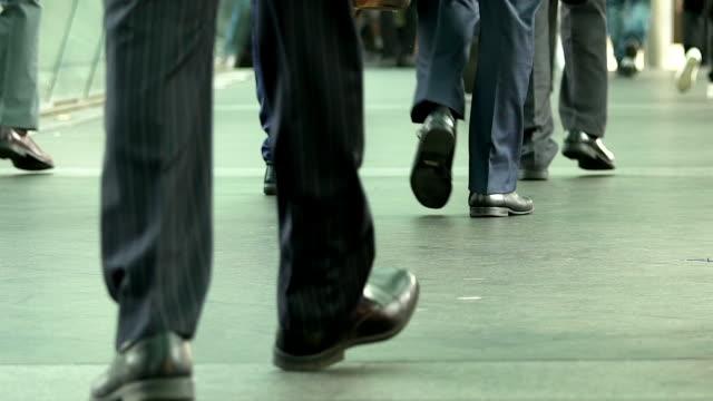 道を歩いてビジネス人々 を群衆します。 ビデオ