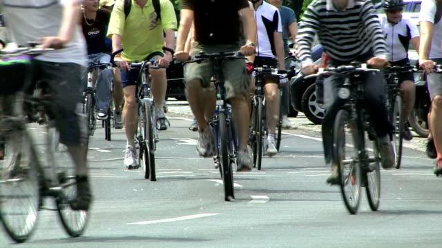 Crowd cycling video