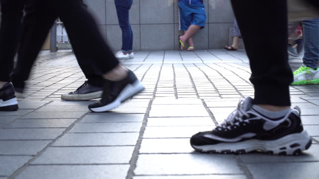 crowd feet walking in the street - pedone ruolo dell'uomo video stock e b–roll
