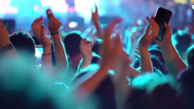 vídeos y material grabado en eventos de stock de multitud en el concierto de rock - multitud
