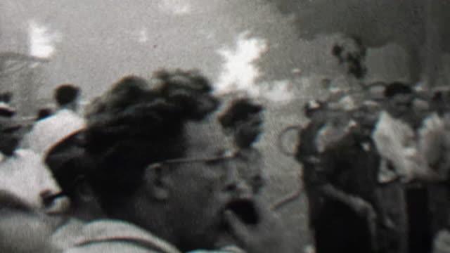 1939: menge lookiloos versammelt, um das brennende gebäude der kleinstadt zu sehen. - editorial videos stock-videos und b-roll-filmmaterial