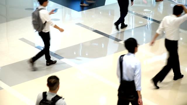stockvideo's en b-roll-footage met menigte van anonieme onherkenbaar mensen lopen in een winkelcentrum rush hour. - onherkenbaar persoon