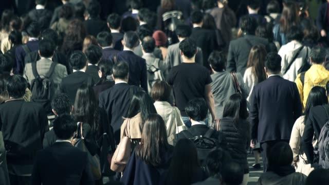 朝新宿東京に仕事に行くビジネスマンの群衆 - ビジネスマン 日本人点の映像素材/bロール