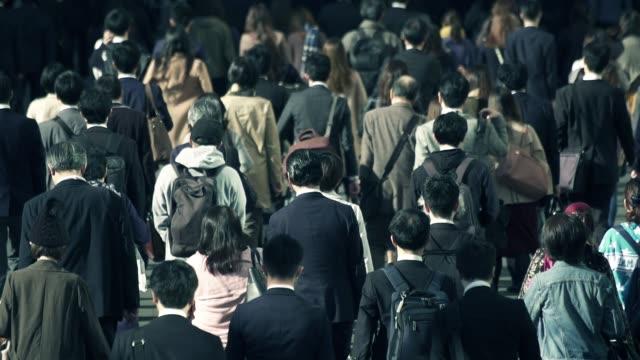 朝新宿東京に仕事に行くビジネスマンの群衆 - 女性 落ち込む点の映像素材/bロール