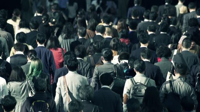 朝新宿東京に仕事に行くビジネスマンの群衆 - サラリーマン点の映像素材/bロール