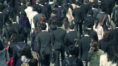 vídeos y material grabado en eventos de stock de multitud de hombres de negocios va a funcionar por la mañana tokio shinjyuku - temas sociales