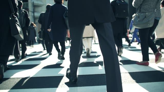 skara affärsmän kommer att arbeta på morgonen shinjyuku tokyo japan - människofot bildbanksvideor och videomaterial från bakom kulisserna