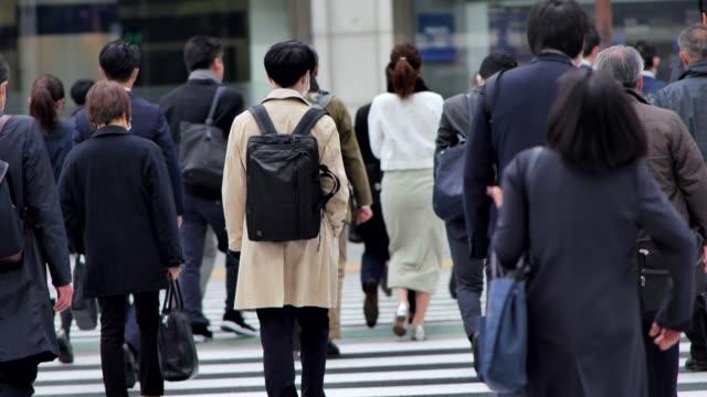 朝、新宿東京に出勤するビジネスマンの人たち - 通勤点の映像素材/bロール