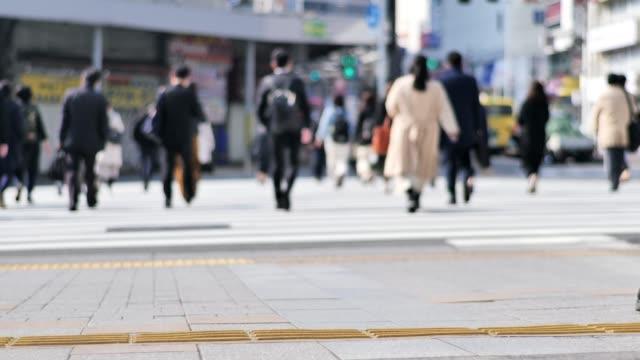 sabah shinjyuku tokyo japonya işe işadamları kalabalık - maske stok videoları ve detay görüntü çekimi