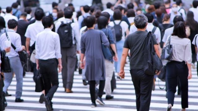 vidéos et rushes de foule d'hommes d'affaires allant travailler le matin shinjyuku tokyo japon - culture japonaise