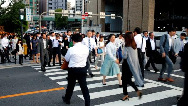 大阪の混雑した道を渡る通勤者の群衆 - 交差点点の映像素材/bロール