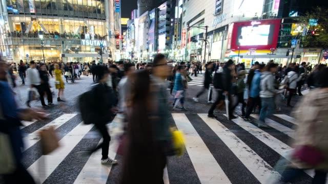 東京成群結隊的上班族穿越涉谷過境 - 澀谷交叉點 個影片檔及 b 捲影像