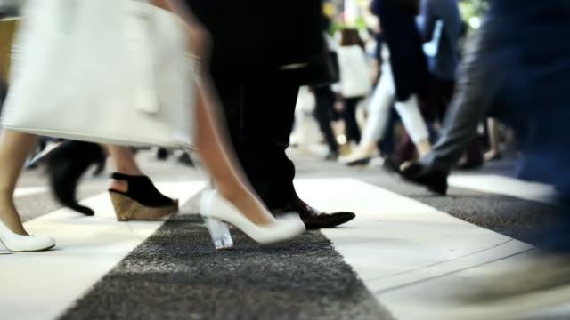 群衆の通勤者横断する東京の渋谷交差点 - ビジネスマン 日本人点の映像素材/bロール