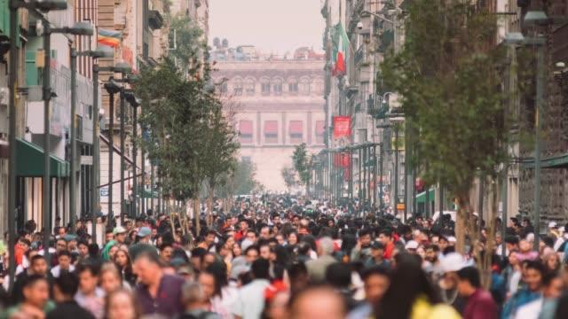 folla di pendolari a città del messico - america latina video stock e b–roll