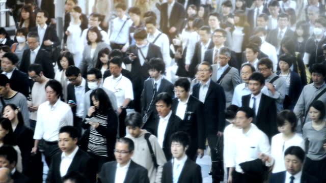 群衆を結ぶ通勤途中に、東京で - 雑踏点の映像素材/bロール