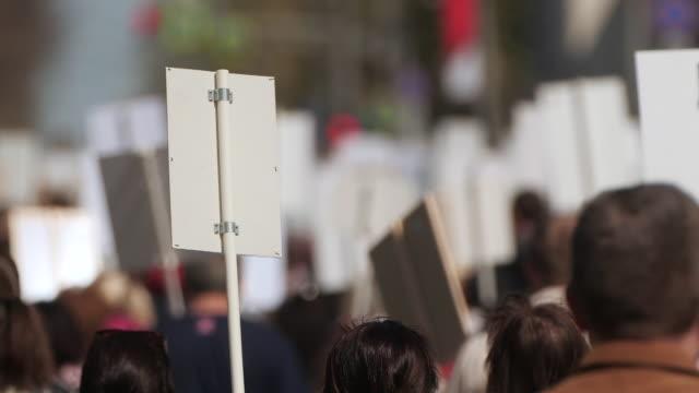 vídeos de stock, filmes e b-roll de uma multidão de manifestantes andando agitando em greve contra o governo. - gênero humano