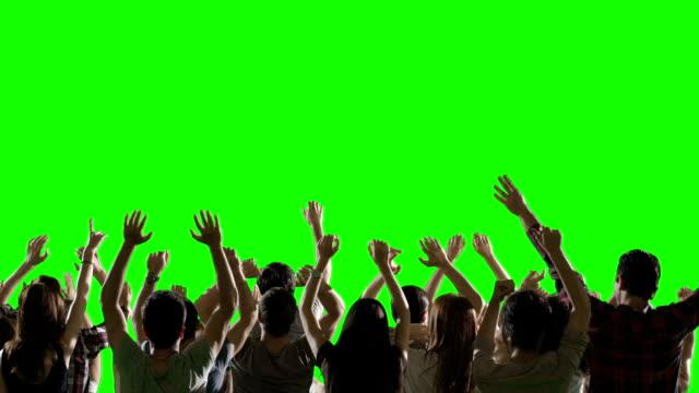 vídeos de stock e filmes b-roll de multidão de fãs de dança na tela verde. concerto, saltar, dança. câmara lenta. filmagem em vermelho épico câmara de cinema. - braços no ar