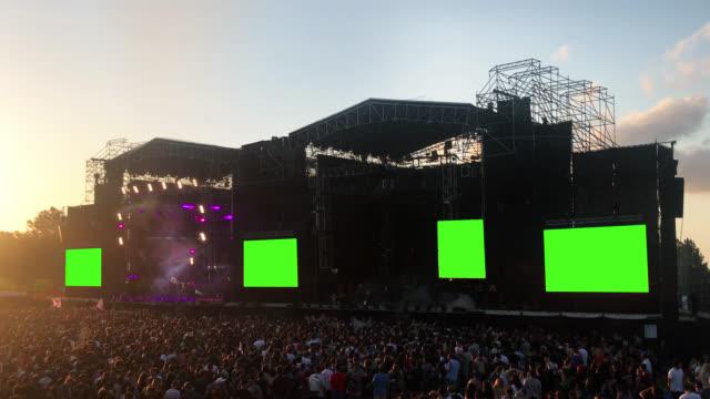 crowd of fans in einer konzertshow mit green screens. - schlüssel videos stock-videos und b-roll-filmmaterial