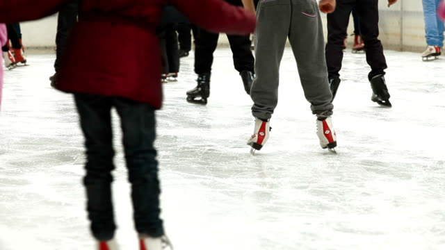 tłum lodu skaterzy - łyżwa filmów i materiałów b-roll