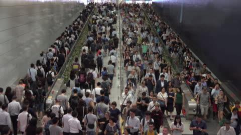 vidéos et rushes de foule de navetteurs piétonnes sur la station de train à la gare de hong kong - chinois