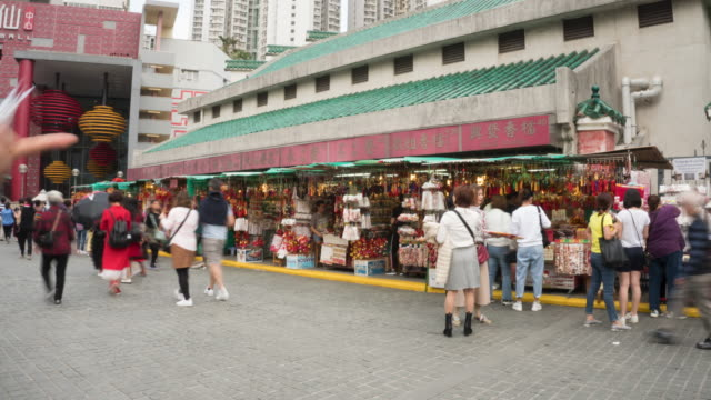 Crowd of people and traveller visit gift shop at entrance of Wang Tai Sin temple - vídeo