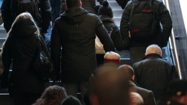 都市表面に階段を上って行く人々 の群衆。120 fps のスローモーションで既存の地下鉄を人々 します。 - 階段点の映像素材/bロール