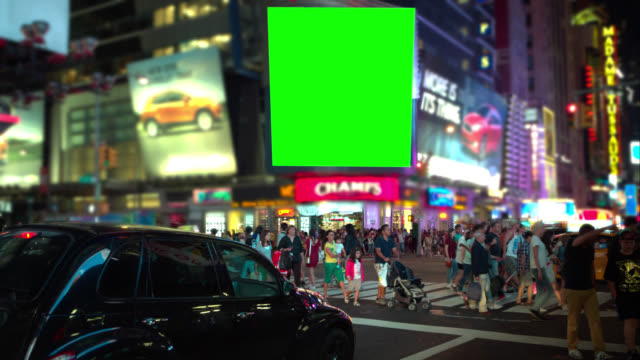 "vídeos de stock, filmes e b-roll de multidão de pessoas tela verde ""chroma key no time square - outdoor"
