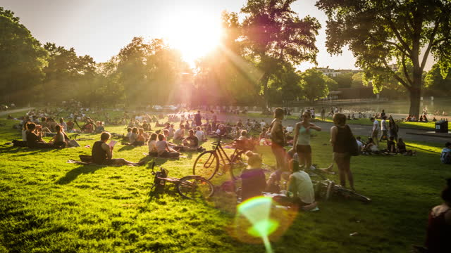 folksamling i parken vid solnedgången - stadsliv bildbanksvideor och videomaterial från bakom kulisserna