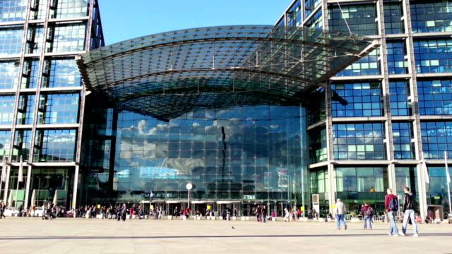 群衆の人々に大きなショッピングモールがございます。モダンなコンクリート - 美術館点の映像素材/bロール