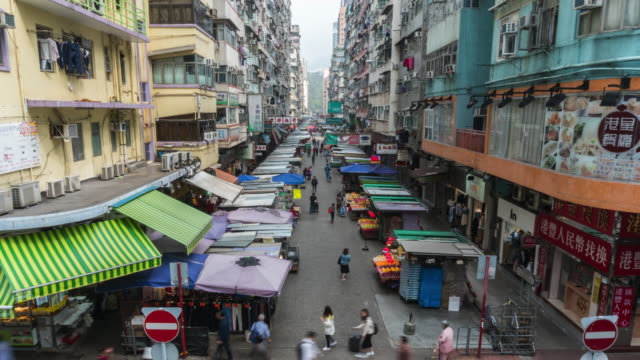 Crowd of people visit local tradditional market in Mong Kok district, Hong Kong - vídeo
