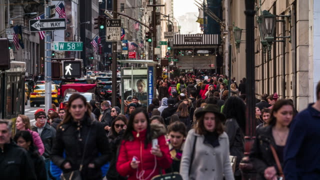 folla di persone a piedi a nuovo york - marciapiede video stock e b–roll