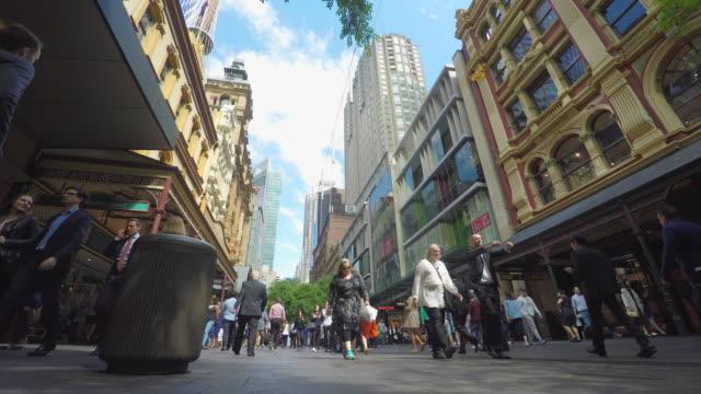 vídeos de stock, filmes e b-roll de multidão de pessoas andando em pitt street mall em sydney - shopping center