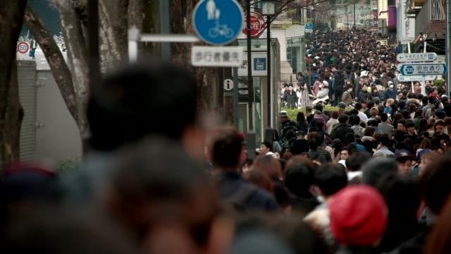 vídeos y material grabado en eventos de stock de multitud de gente caminando - misa