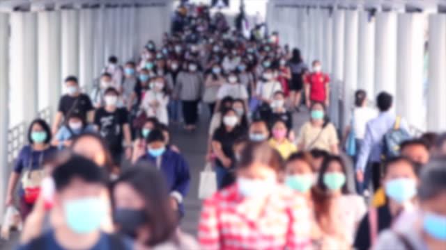 vídeos y material grabado en eventos de stock de la multitud de personas usa máscara facial para proteger el corovavirus o el brote de covid-19. - afección médica