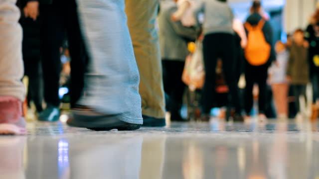 vídeos de stock, filmes e b-roll de multidão de compradores andando em shopping center - shopping center
