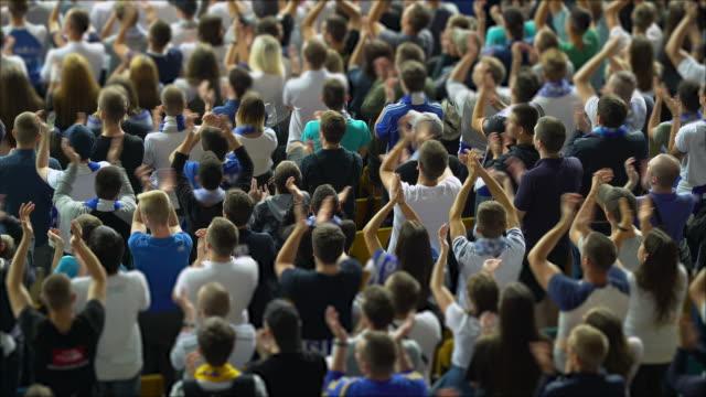 vídeos y material grabado en eventos de stock de multitud de aficionados al fútbol animando a su equipo, espectadores emocionados - aplaudir