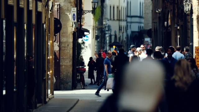 tłumy turystów we florencji, włochy - włochy filmów i materiałów b-roll