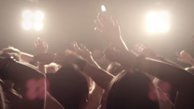 vídeos de stock, filmes e b-roll de multidão no show - plano médio