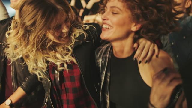 vídeos de stock e filmes b-roll de crowd on oncert - party